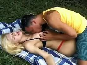 Guy seduces pretty blond tranny and blows her outdoors